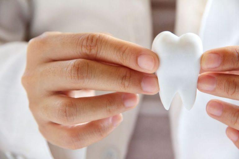 Wady i zalety implantów zębowych
