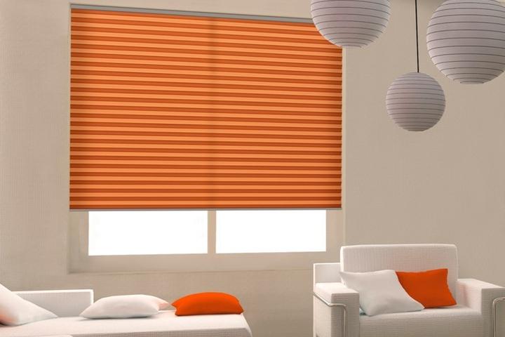 Modne dekoracje okienne – plisy czy rolety?