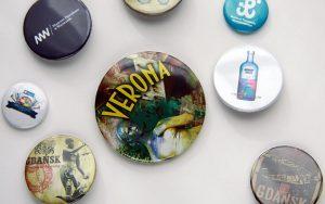 przypinki to tanie gadzety reklamowe - patrz buttonfly-przypinki_pl